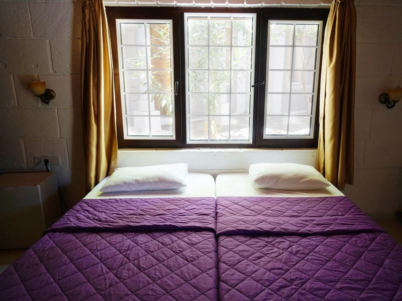 lit sous fenêtre